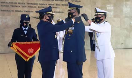 Panglima TNI Sematkan Tanda Kehormatan