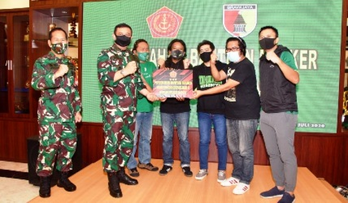 Sekaligus Bagikan Masker, Pangkogabwilhan II Rangkul Bonek Surabaya